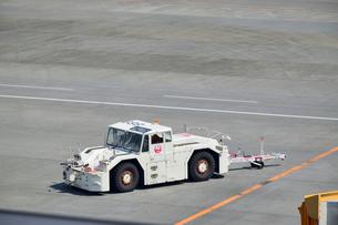 成田国際空港のトーイングカーの写真素材 [FYI02991961]