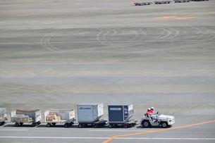 成田国際空港の航空コンテナの写真素材 [FYI02991962]