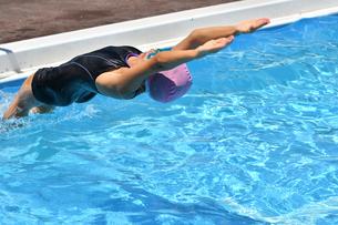 プールで泳ぐ女の子(背泳ぎ、スタート)の写真素材 [FYI02991994]