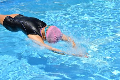 プールで泳ぐ女の子(背泳ぎ、スタート)の写真素材 [FYI02991995]