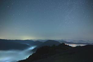 夜中湧く雲海と星空の時の写真素材 [FYI02992009]
