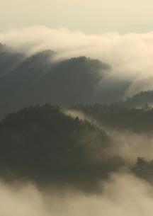 モノト-ンな雲海の流練習の写真素材 [FYI02992014]