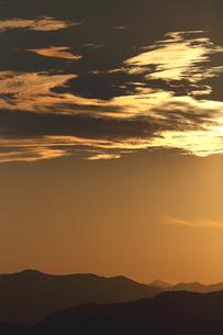ミステリアスな光に光る雲の夕陽の頃の写真素材 [FYI02992021]