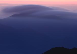 雲海覆い尽くす山の朝の写真素材 [FYI02992026]