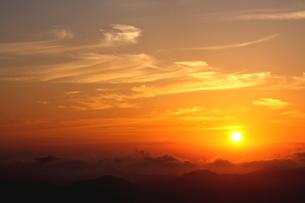 雲たなびく秋の山の朝の写真素材 [FYI02992028]