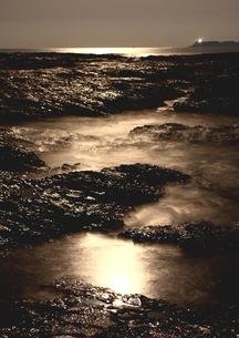 月明かりの夜、潮動く海岸の写真素材 [FYI02992034]