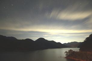 夜、雲舞う徳山ダムの写真素材 [FYI02992036]
