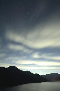 夜、雲舞う徳山ダムの写真素材 [FYI02992037]