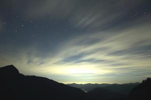 風で雲舞う夜中のドラマの写真素材 [FYI02992038]