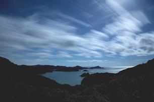 月光の夜、強風雲舞う入江の海岸の写真素材 [FYI02992050]