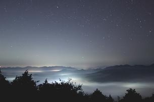 夜中湧く雲海と星空の時の写真素材 [FYI02992056]