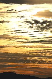 雲舞う眩しい夕日の写真素材 [FYI02992059]