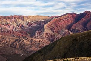 ウマワカ渓谷の「14色の山」オルノカルの地層の写真素材 [FYI02992343]