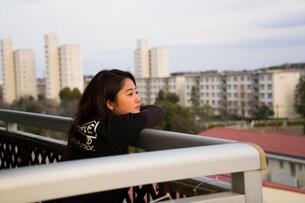 ベランダから外を見つめる女性の写真素材 [FYI02992399]