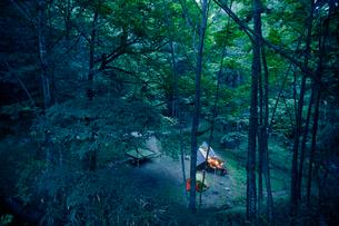 森のキャンプ場の写真素材 [FYI02992410]