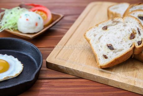 レーズンパンのある食卓の写真素材 [FYI02992641]