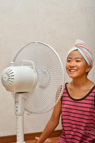 扇風機で涼む女の子の写真素材 [FYI02992649]