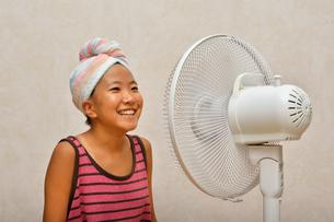 扇風機で涼む女の子の写真素材 [FYI02992651]
