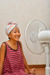 扇風機で涼む女の子の写真素材 [FYI02992652]