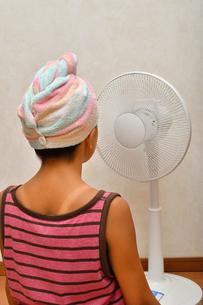扇風機で涼む女の子(後姿)の写真素材 [FYI02992654]