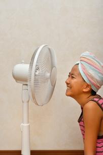 扇風機で涼む女の子の写真素材 [FYI02992658]