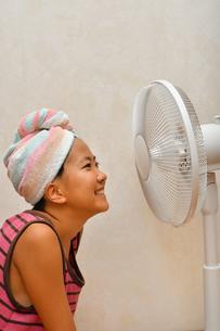 扇風機で涼む女の子の写真素材 [FYI02992659]