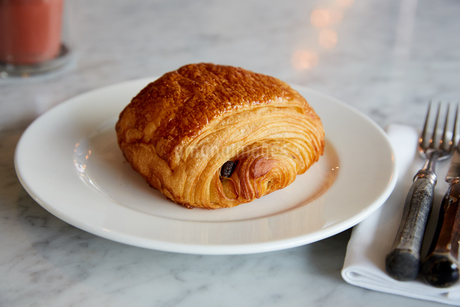 カフェのパン・オ・ショコラの写真素材 [FYI02992837]