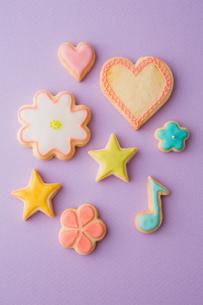 色とりどりの可愛いアイシングクッキーの写真素材 [FYI02992842]