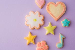 色とりどりの可愛いアイシングクッキーの写真素材 [FYI02992843]