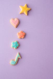 色とりどりの可愛いアイシングクッキーの写真素材 [FYI02992844]