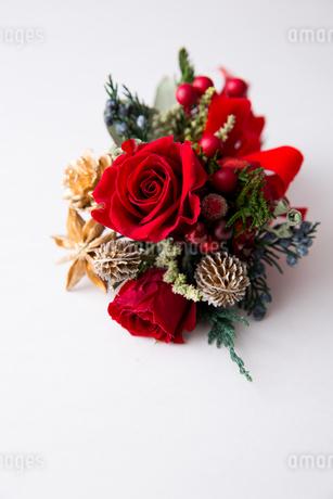 赤いバラのクリスマスブーケの写真素材 [FYI02992846]