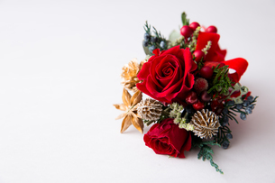 赤いバラのクリスマスブーケの写真素材 [FYI02992847]
