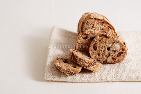 ナッツとドライフルーツのパンの断面の写真素材 [FYI02992848]