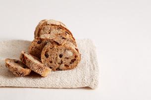 ナッツとドライフルーツのパンの断面の写真素材 [FYI02992849]