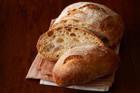 スライスされた田舎パンの写真素材 [FYI02992850]