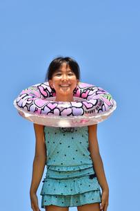 海水浴を楽しむ女の子(青空)の写真素材 [FYI02992852]