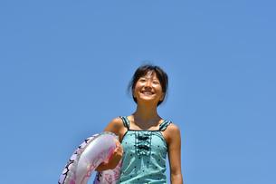 海水浴を楽しむ女の子(青空)の写真素材 [FYI02992855]
