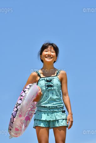 海水浴を楽しむ女の子(青空)の写真素材 [FYI02992856]