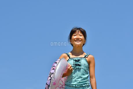 海水浴を楽しむ女の子(青空)の写真素材 [FYI02992857]