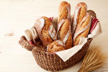 バスケットに盛られたたくさんの食事パンの写真素材 [FYI02992864]