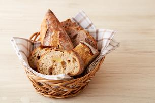 バスケットに盛られたたくさんの食事パンの写真素材 [FYI02992866]