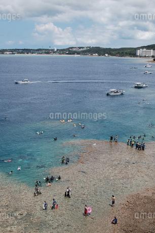 南国沖縄のマリンレジャースポットの写真素材 [FYI02992876]
