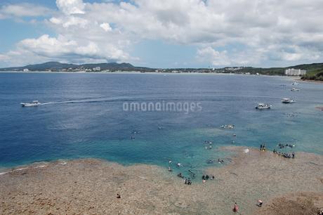 南国沖縄のマリンレジャースポットの写真素材 [FYI02992877]