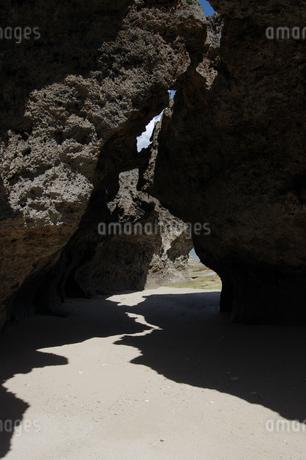 岩の影が白い砂浜に模様を描いているの写真素材 [FYI02992882]