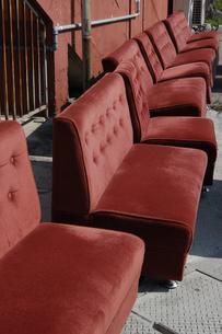 たくさんの赤いシートを天日干しているの写真素材 [FYI02992884]