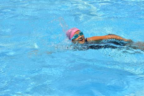 プールで泳ぐ女の子(クロール)の写真素材 [FYI02992899]
