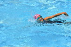 プールで泳ぐ女の子(クロール)の写真素材 [FYI02992900]