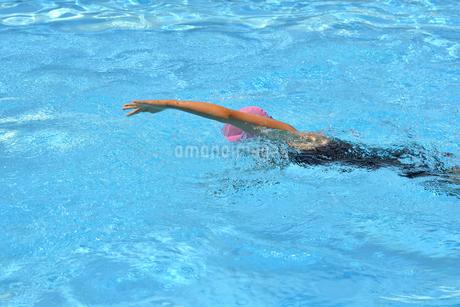 プールで泳ぐ女の子(クロール)の写真素材 [FYI02992905]