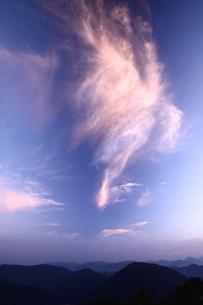 山をしのぐ大きな雲出現の朝の写真素材 [FYI02992920]
