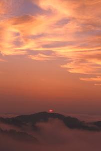 雲染まる雲海有名の野迫川の朝の写真素材 [FYI02992921]